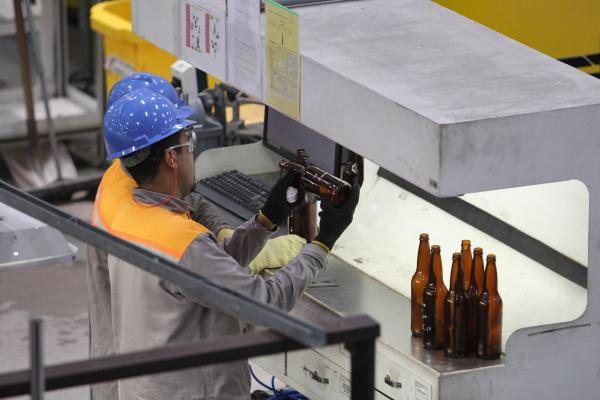 Funcionários comemoram a reabertura de Fábrica de vidros em Estância