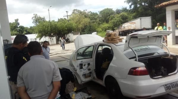 PRF apreende drogas em veículo no município de Estância, veja as imagens