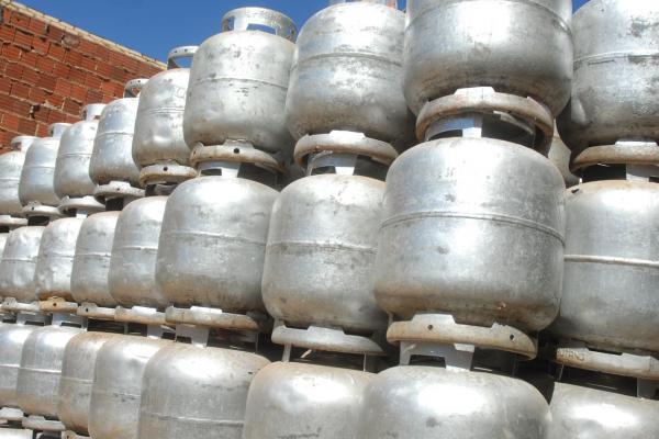 Governo quer reduzir pela metade o preço do gás de cozinha, diz Guedes