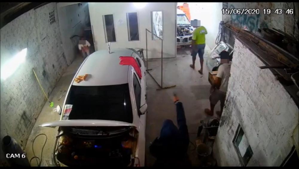 Câmeras de segurança flagra roubo em oficina de Estância; veja vídeo