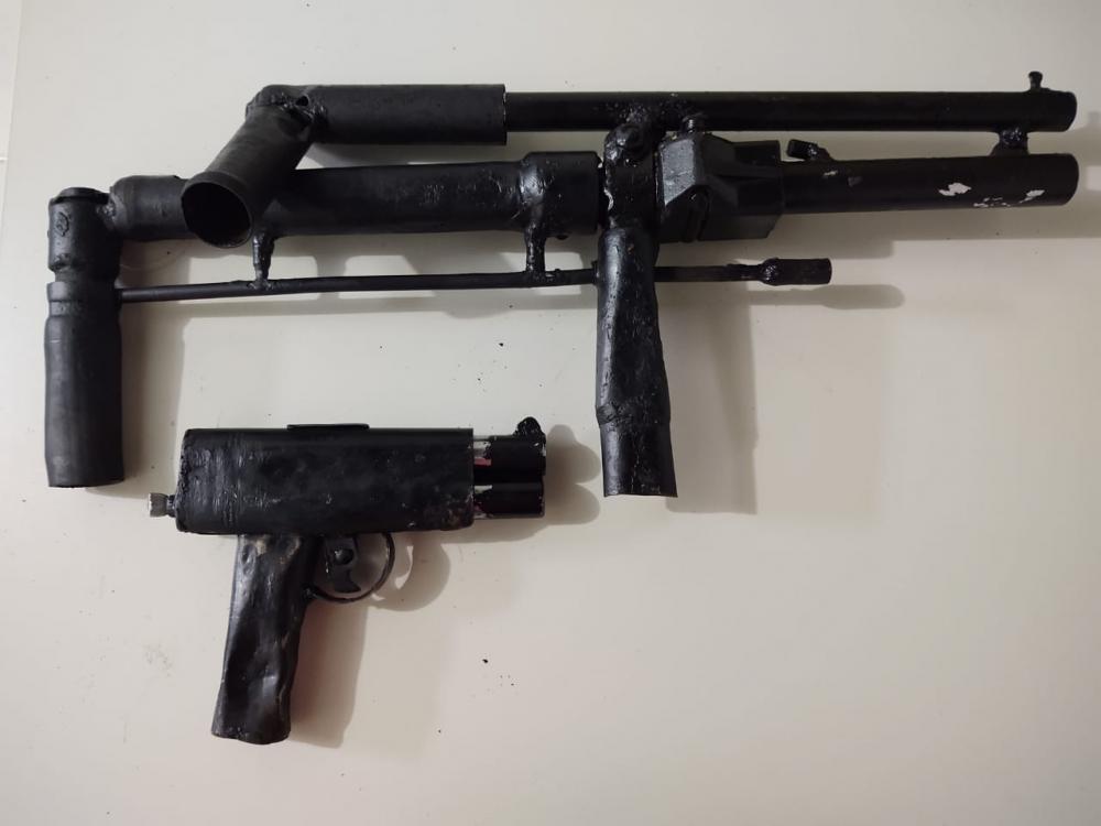 Polícia Civil de Estância cumpre mandado de prisão contra condenada por tráfico e prende em flagrante homem com armas artesanais