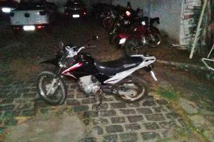 PM recupera motocicleta roubada e prende suspeitos em Estância